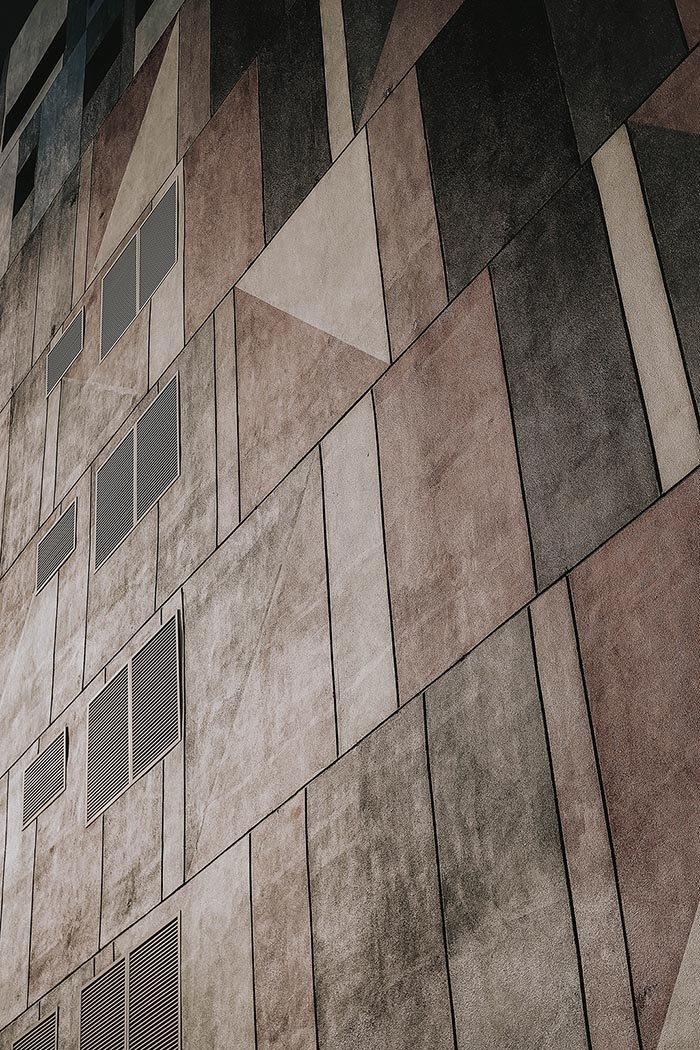 Edificio de aspecto brutalista-futurista